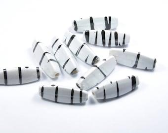 PE370 - Set of 10 black and white asymmetrical triangle beads