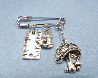 Alice in Wonderland Caterpillar kilt pin brooch (38mm)