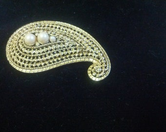 Lovely faux pearl and gold toned brooch