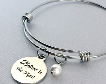 BELIEVE in the Signs Inspirational Bracelet, Inspirational Gift, Pearls of Wisdom, Pearl Charm Bangle, Everyday Jewelry, Gift for Friend