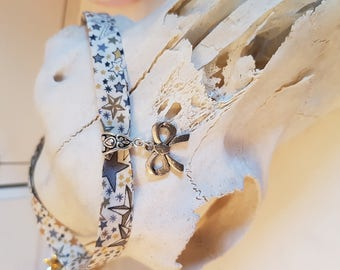 Short choker necklace with bow charm