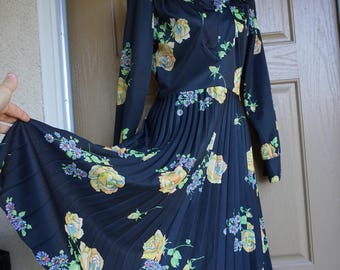 1970s or 1980s floral print pleated dress size small 70s 80s short midi