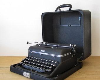 Royal Quiet De Luxe Manual Typewriter Black Metal with Case