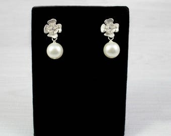 Flower Earrings, Bridesmaid Earrings, Wedding Earrings, Bridal Earrings, Bridesmaid Gifts, Pearl Earrings, Small Earrings, Bridal Jewelry,