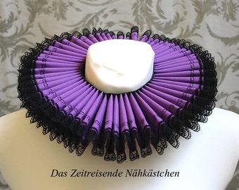 Mühlsteinkragen, Gran Gola, lila mit Stickerei und Spitze