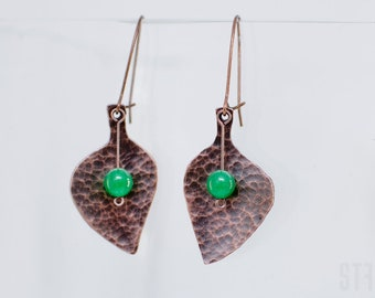 Leaves earrings of hammered copper and green jade beads. Beautiful leaf earrings. Copper earrings. Hammered copper leaf earrings. For her