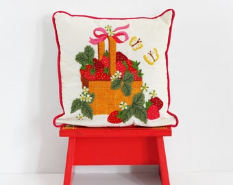 Vintage Strawberries Crewel Embroidery Throw Pillow / Vintage Crewel Embroidery Pillow / Basket of Strawberries Embroidered Pillow