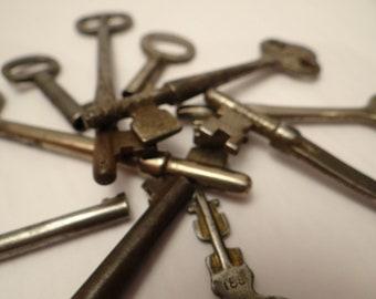 collection de 10 clefs anciennes - projet artisanal ou décoratif - assorted antique keys