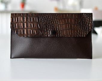 Pochette Brown en simili cuir marron lisse et croco munie d'une pression noir