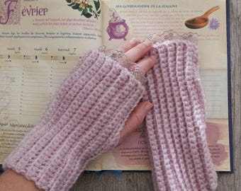 Crochet fingerless gloves and lace trim
