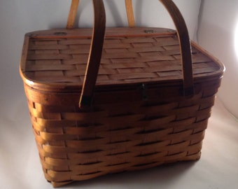Beautiful Vintage Pie Basket with Tray insert.
