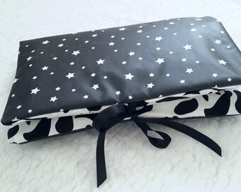 Pouch 1-3: put diapers, protects health record and mini-matelas diaper (black and white)