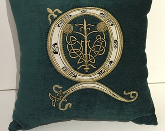 Q Customized hand embroidery (18.5 x 18.5 pillow)