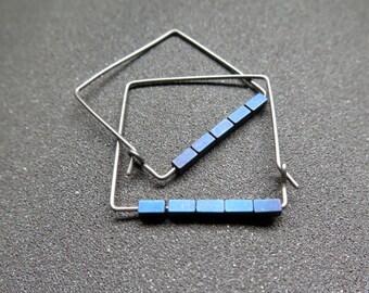 hypoallergene Creolen. blaue Hämatit Schmuck. geometrische Reifen. Niob-Draht.