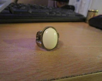 vintage silvertone oval cream lucite ring size uk O size us 7 looks handmade very solin