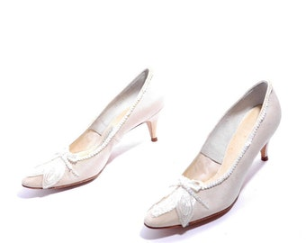 Size 8.5// Vintage Town & Country Shoes// Cream Sequins Medium Heel Pumps// Pointed Toes White Pumps// 206