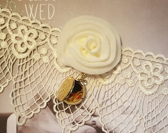 Ivory Vintage Lace Wedding Garter with locket,Ivory Locket Garter,Vintage Lace Locket Garter,Ivory Wedding Garter,Removable Locket Garter