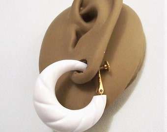 Napier White Swirl Hoops Clip On Earrings Gold Tone Vintage Graduated Ribbed Large Lucite Puffed Round Open Dangles