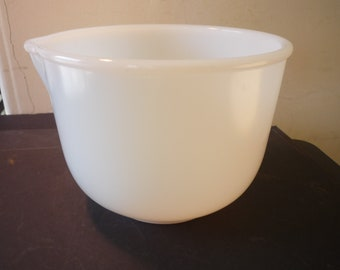 White Mixing Bowl - 1950s - Retro Styling - Looks like new. Retro style Kitchen mixing bowl Glassbake Made for Sunbeam pour spout 5 by 6.5in