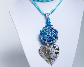 A lovely necklace with a heart pendant / blue
