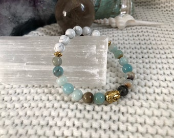 Reiki infused Amazonite and Howlite stretchy mala bracelet // 7 inches