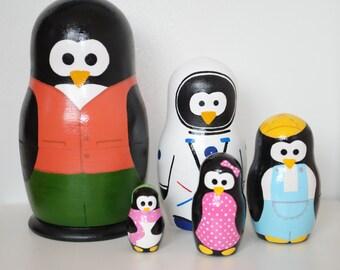 Set of 5 pinguins. Nesting dolls.