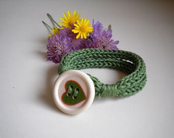 Knitted bracelet with button, 100% cotton yarn, green