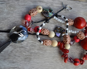 "Necklace ethnic ""coral tagua"" with coral chips, slice of tagua chips of raw mother-of-Pearl, lampwork heart beads, acai seeds"