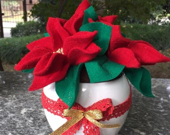 Christmas-White ceramic vase with three stars of Christmas in cooked wool