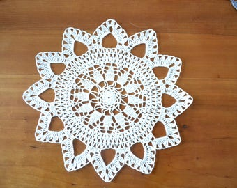 Round doily, handmade new. Crocheted with fine white cotton, 30 cm