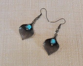 Earrings with leaves of brass and turquoise glass beads