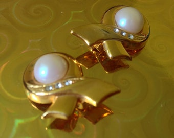 Vtg 80's MODERNIST RETRO gold tone clip on earrings with faux pearl and rhinestones