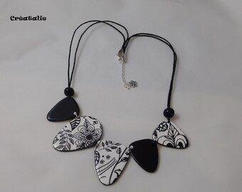 Black and white flower bib necklace 50 cm