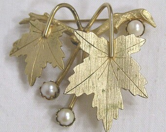 Vtg Jewelry Brooch Goldtone Leaves Faux Pearl Grapes Made in Japan