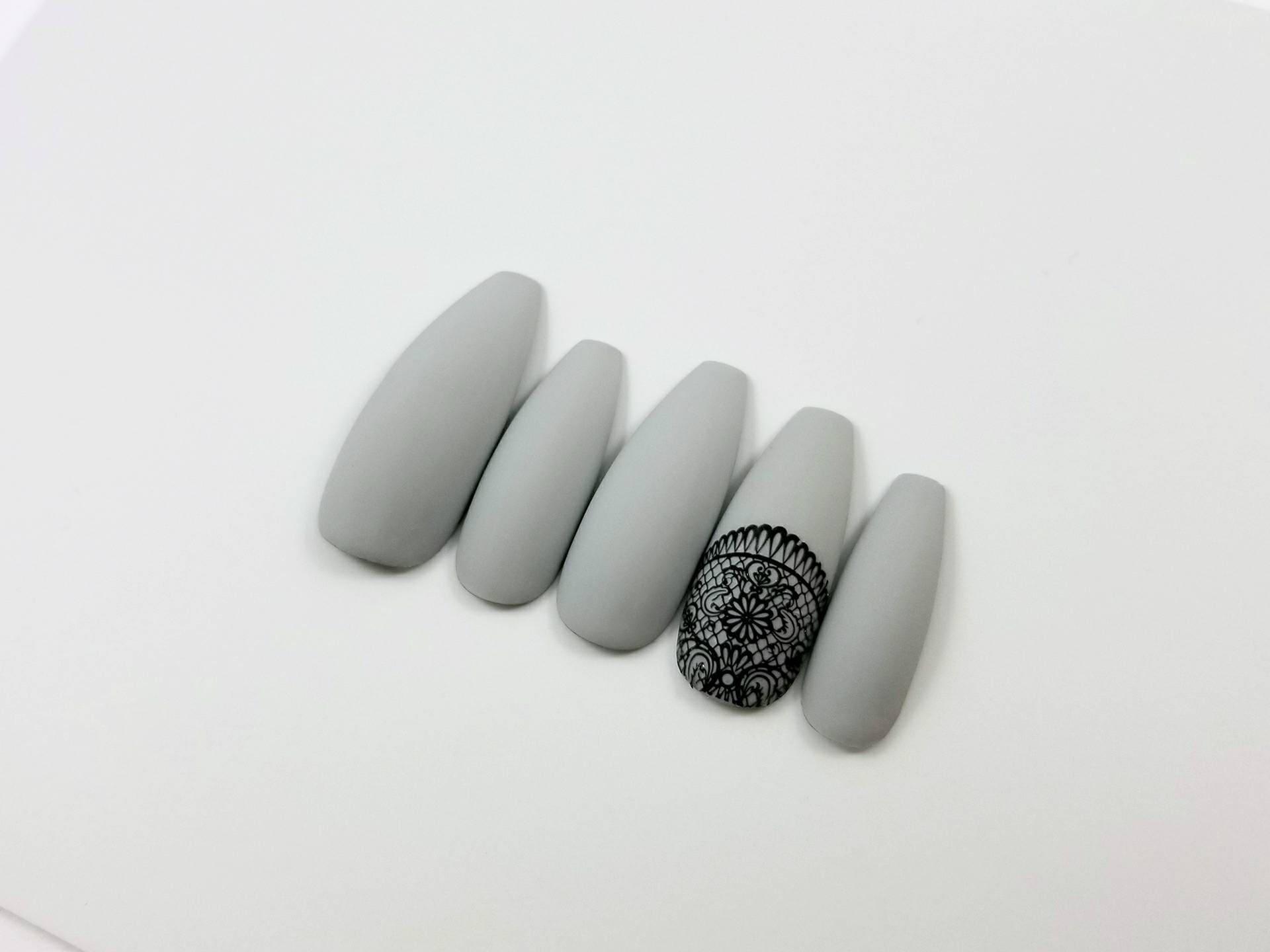 Matt grau Presse auf Nägel mit einem Spitzen-Akzent-Nagel