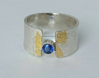 Sterling silver handmade ritculated band with gold leaf and 3mm kyanite gemstone. Hallmarked in Edinburgh