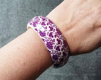Purple Lilac & White Lucite Bangle Floral Flower Patterned Plastic Bracelet 1 Inch Wide Smart Classic