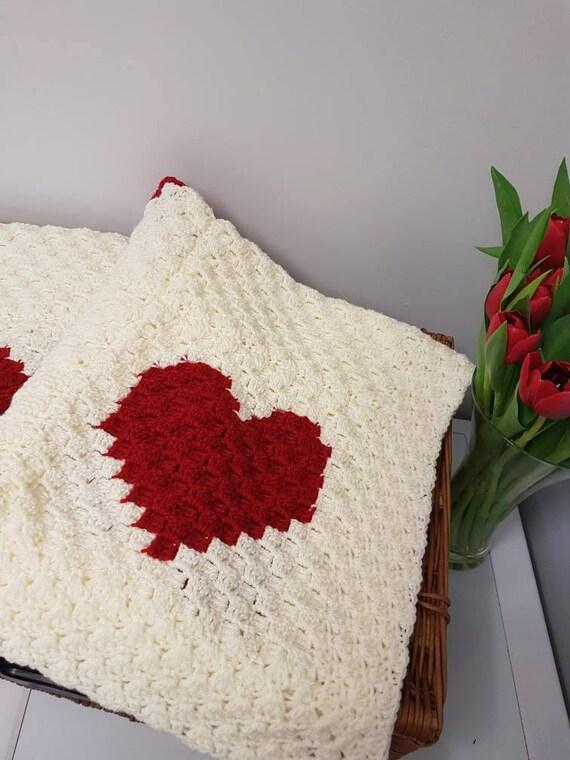 Gehäkelte Herzen inspiriert Decke mit einem cremefarbenen