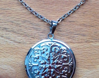 Vintage white gold plated round filigree locket necklace