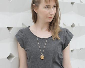 Sautoir pendentif bois, collier long hexagone motif triangle, bijou géométrique, bijoux moderne minimaliste, bohème chic, chaîne laiton doré