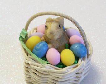 Miniatur-Hase in einem Korb mit Mini bunte Eier, Garten Miniaturen