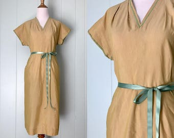 1940s Pale Golden Yellow Day Dress | 40s Green Ric-Rac Trim Cotton Dress | Vintage Short Sleeve Pockets Casual Dress | Ladies Clothing Large