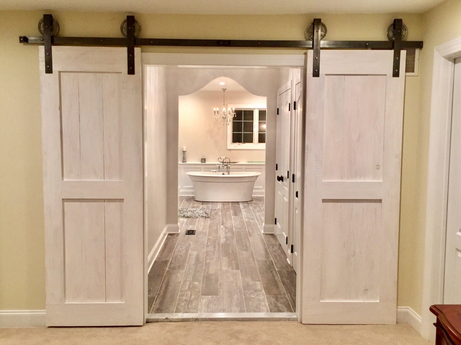Mid bar design sliding barn door in whitewash by rustic luxe for Porte in spanish
