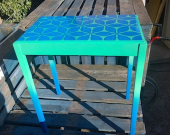 Two-tone green and blue geometric flower tall table