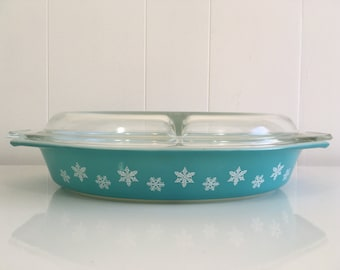 Vintage Pyrex Turquoise Snowflake Pattern Blue White Design 1.5 QT Divided Casserole Dish Glass Lid 1950s 1960s Mid Century Modern