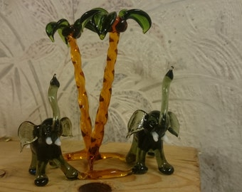 Elephant couple at Palm, a wonderful work made of glass, before de flame by me made. A great gift...