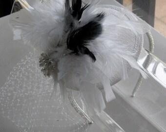 Weiße und schwarze Feder Pearl Sinamay Fascinator Hut mit Schleier und Perlen Stirnband für Bridal, Partys, Hochzeiten und besondere Anlässe