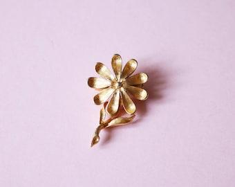 Cute Little Vintage Gold Enamel Daisy Flower Brooch