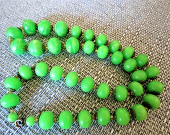 A brilliant vintage lime green lucite necklace C1940s/50s