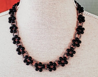Pearl necklace with black flowers anthracite pearl necklace with black pearl flowers.